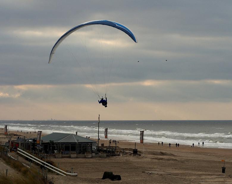 Over Het Strand,... - Nu Richting Scheveningen...met leuk licht<br /> aan de horizon....<br /> Iedereen bedankt voor de reacties op.... <br /> In d