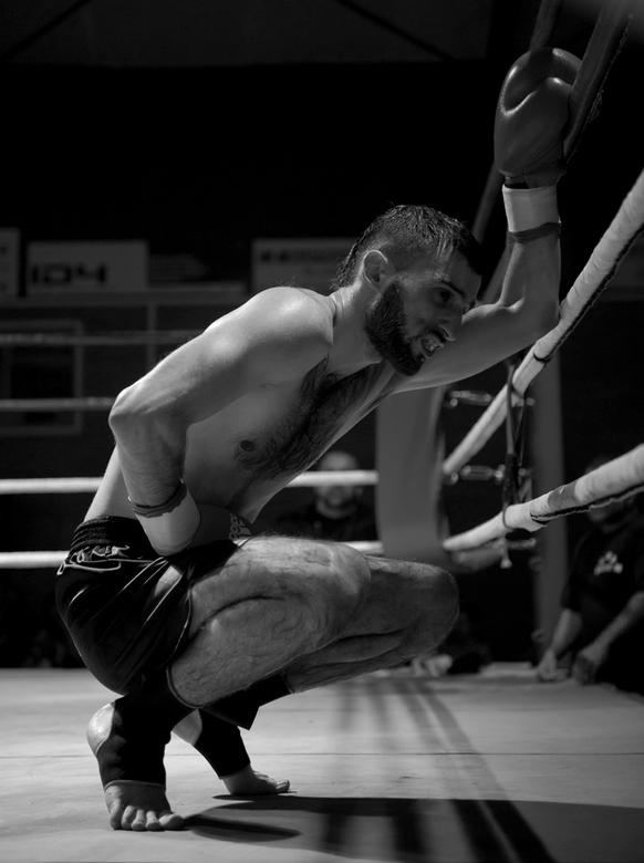 Pain - Deze vechter had net een knie op zijn lever gekregen tijdens een thai-box gala.