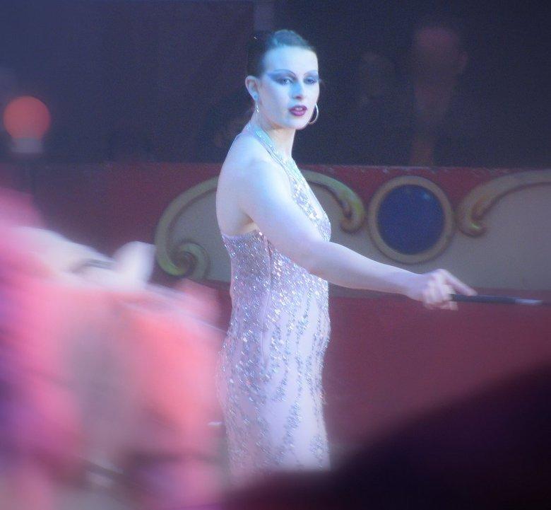 Circus - Het staatscircus van Moskou, 07-02-09. Wat een mooi authentiek sfeertje om klassieke foto's te maken. Hier een mooie dame met paarden in