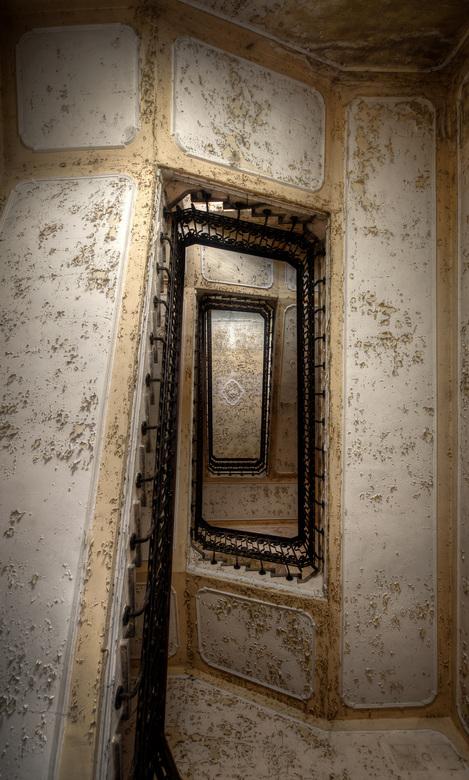 Trap naar Boven - Prachtig bladerende verf op een trap in een oud en vervallen ziekenhuis in Italië.