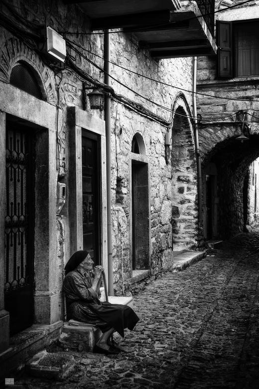 Daily life at Mesta - Mesta is een eeuwenoud dorpje op Chios waar de tijd soms lijkt te hebben stilgestaan.