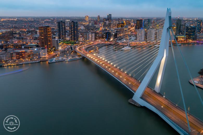 City scape Rotterdam - Een prachtig uitzicht vanuit de 35e etage van De Rotterdam tijdens het blauwe uurtje. De zonsondergang viel helaas wat tegen, m