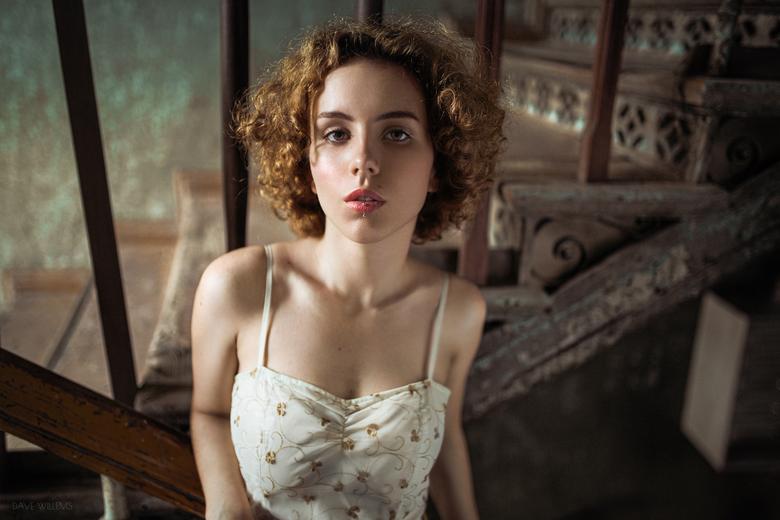 Wiktoria - Een Portret van Wiktoria in een oud trappenhuis in Wroclaw Polen. Helaas kon ik niet ver genoeg naar achteren om haar hand in het frame te
