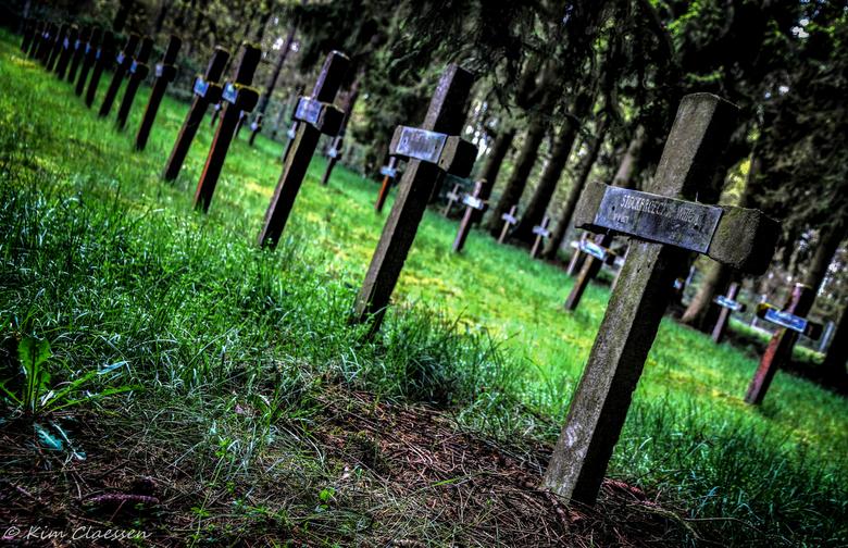 Graven - Vandaag voor het eerst een bezoekje gebracht aan 'Cemetery of the insane'. Dit is een HDR foto, waarbij ik 3 identieke foto's