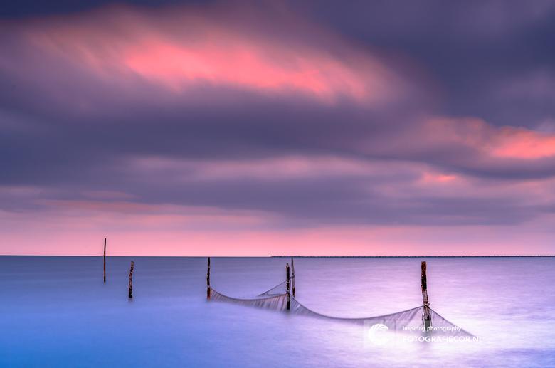 Painting the sky - Je ziet  hier de visnetten in het IJsselmeer. Een lange sluitertijd geeft een zachtheid aan het geheel en maakt het water heel soft