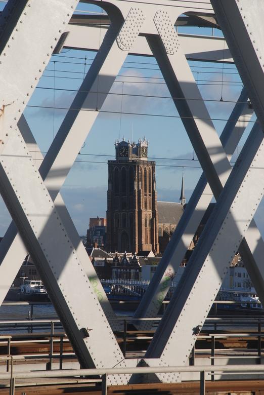 Door kijkje op de Dordtse Dom - Vanaf de Zwijndrechtse brug een door kijkje en zie je de Dordtse Dom door de geklonken staalconstructie van de spoorbr