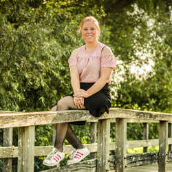 Jonge dame in het park