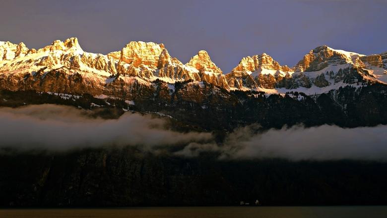 Zonsopkomst Zwitserland - De Churfirsten aan de Walensee tijdens het ochtendgloren