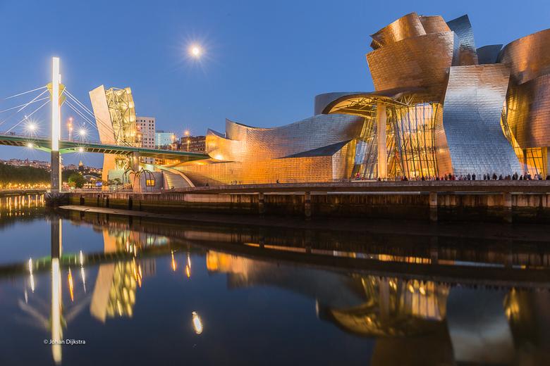 Bilbao Guggenheim Z - Sprookje in het blauwe uurtje