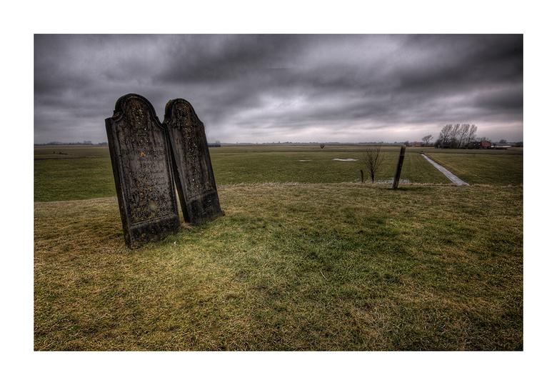 rust in vrede - deze 2 grafstenen staan ook bij het kerkje van wierde,ze hebben een  mooi uitzicht over de landerijen moet ik zeggen