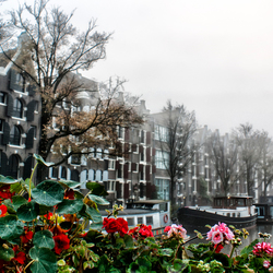 Amsterdam in de mist.