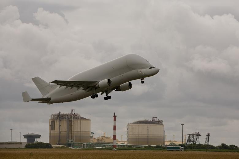 Super guppie - Toen ik op het vliegveld van Saint Nazaire te Frankrijk was steeg deze Airbus Beluga op.<br /> <br /> Met dit vliegtuig vervoert Airb