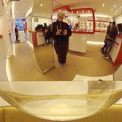 wachtend in een Vodafone-winkel