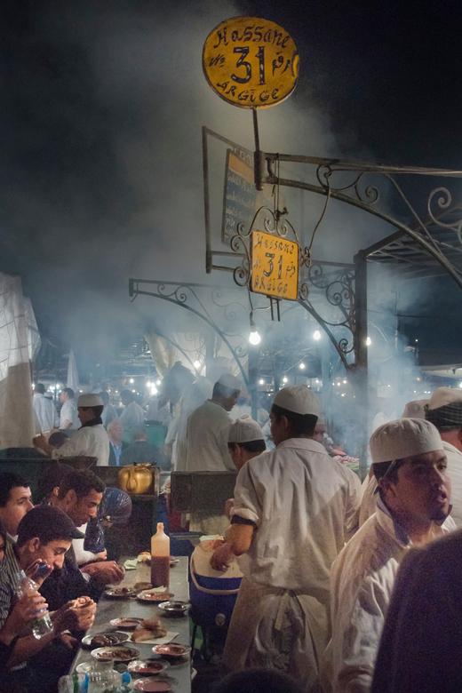 Dampen - Djemaâ el Fna - Marrakech - De dampen en sfeer bij de eettentjes van de avondmarkt op het Djemaâ el Fna plein in centraal Marrakech.