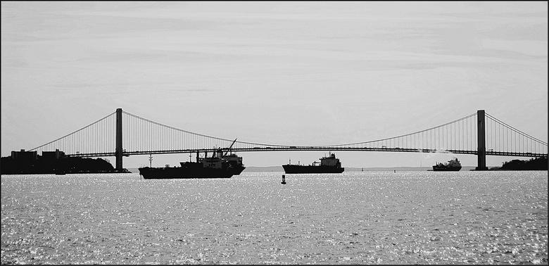 Verranzo - Narrows Bridge - Schepen &#039;in de wacht&#039; om ( soms na wkn.)<br /> pas de haven in te kunnen varen...hier is de rechter al van &#03