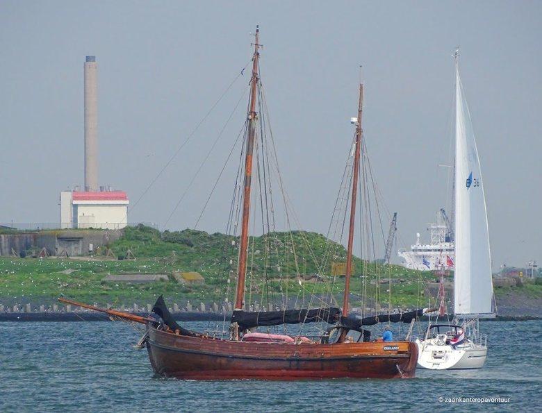 Zeilers oud en nieuw - Deze pracht zeiler kwam uit de Marina van IJmuiden. En zo leverde dit een heden en verleden combinatie op. Mijn hartje gaat har