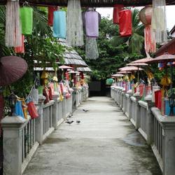 Brug bij Thaise tempel