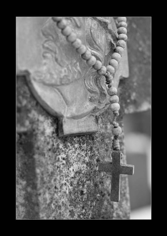 kruisje - Deze opname heb ik op een sneeuwachtige dag gemaakt op begraafplaats in huissen (gld)