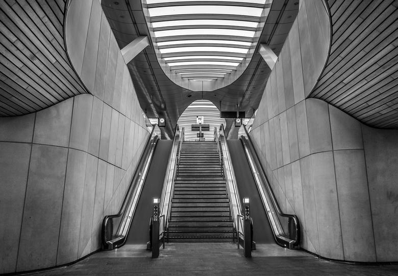 Centraal Station, Arnhem - Een foto met een lange sluitertijd van het Centraal Station in Arnhem. Door de lange sluitertijd, lijkt het net alsof de ro