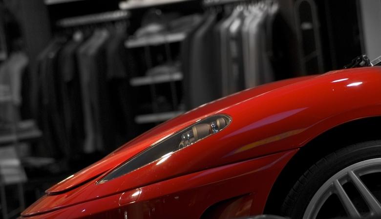 """Italian passion - een stukje Ferrari geschoten op Heathrow Airport. bewerkt met Aperture 2 (nog steeds aan het oefenen <img  src=""""/images/smileys/wilt"""