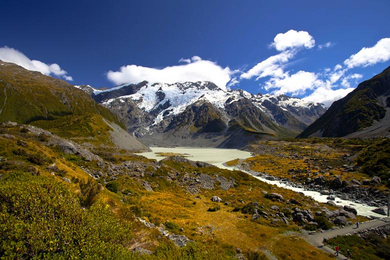 Nieuw - Zeeland 035 - Op weg naar de Mount Cook gletsjer. de mensen rechtsonder zijn een goede referentie om de grootte van het gebied te begrijpen.