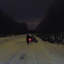 Fietsen in de winter in de nacht