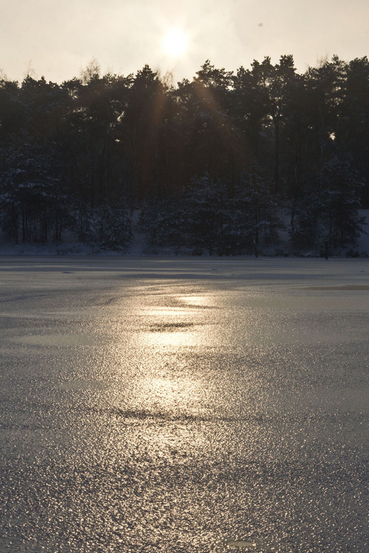Sunset on ice - De ondergaande zon die een (bobbelig) bevroren meertje beschijnt...