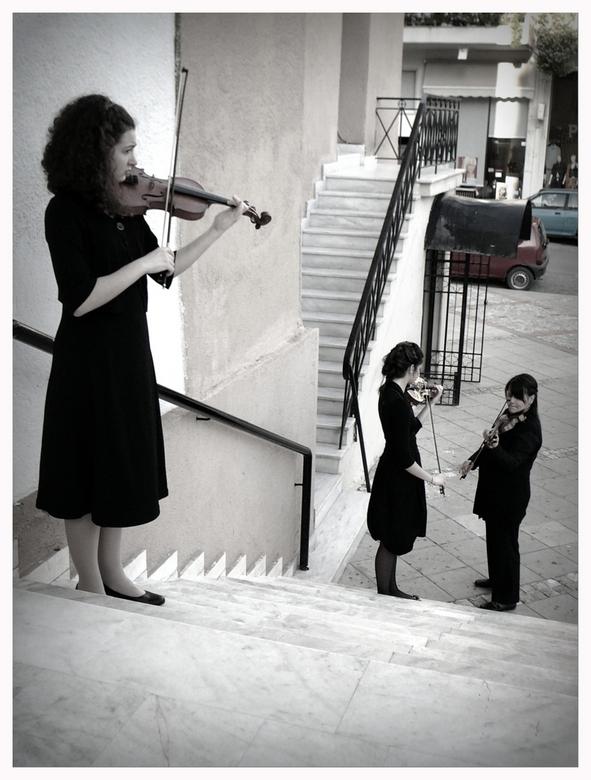 nog even dat loopje.... - De meisjes repeteerden nog snel even buiten de kerk in Kalamata voordat ze hun concertje binnen ten beste gaven.