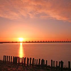 zonsondergang bij de deltawerken in Zeeland