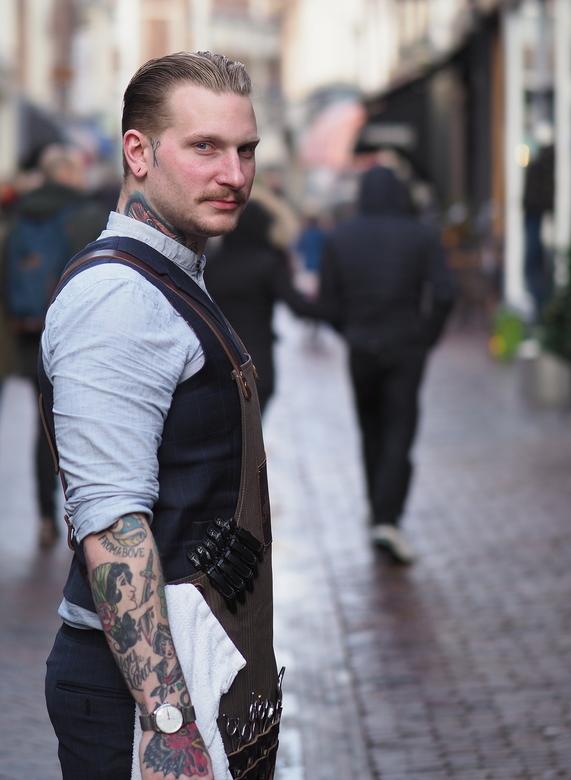 Barbier  1 - Een rondje  door  Haarlem...<br /> En zag de Kapper  in zijn zaak bezig ...en ook zijn schaartje in zijn nek...en ja ...die  wou ik hebb