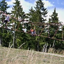 Drie kinderen in een touwbrug.