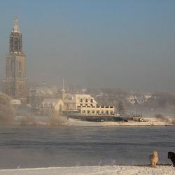 Winter dag met sneeuw bij rivier