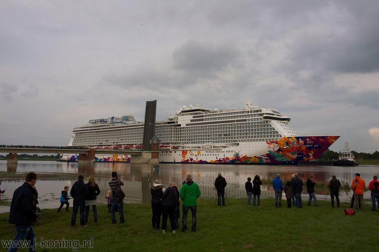 "World Dream - Groot Cruiseschip onderweg van de Meyerwerft in Papenburg (D) via de rivier de ""Ems"" onderweg bij de Jann Berghaus Brücke in L"