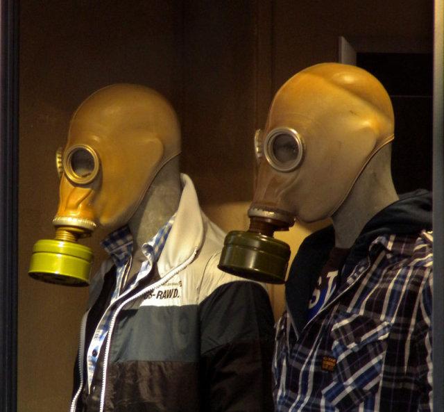 Mask - Twee mannen, enigszins groen en misselijk, steken zich in hun nieuwste kleren.
