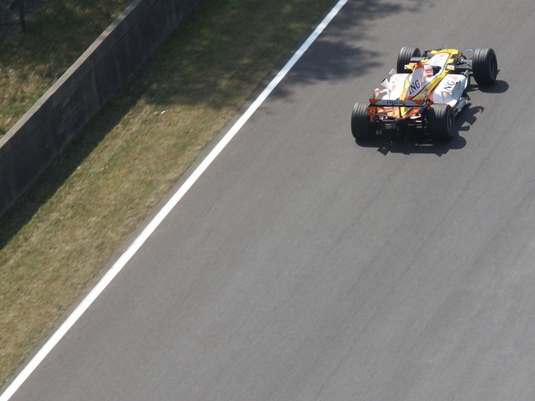 vroarr - foto van de nieuwe Renault F1-wagen op diezelfde meeting in Zolder.  genomen van op een hoge kraan, en met naar mijn gevoel net te weinig tel
