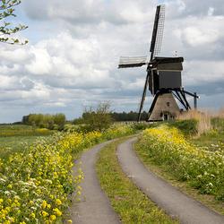 Molen met de hollandse wolkenlucht