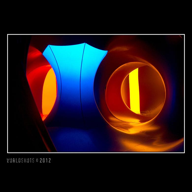 kunst - Binnenin een grote opblaastent in verschillende kleuren