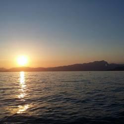 zonsondergang bij het Garda meer is adembenemend.