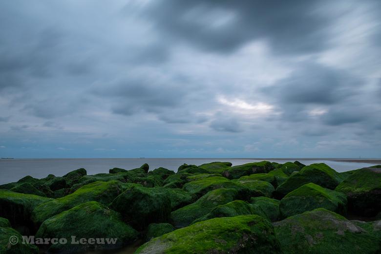 Katwijk - Katwijk strand. Stenen en water. Lange sluitertijd.