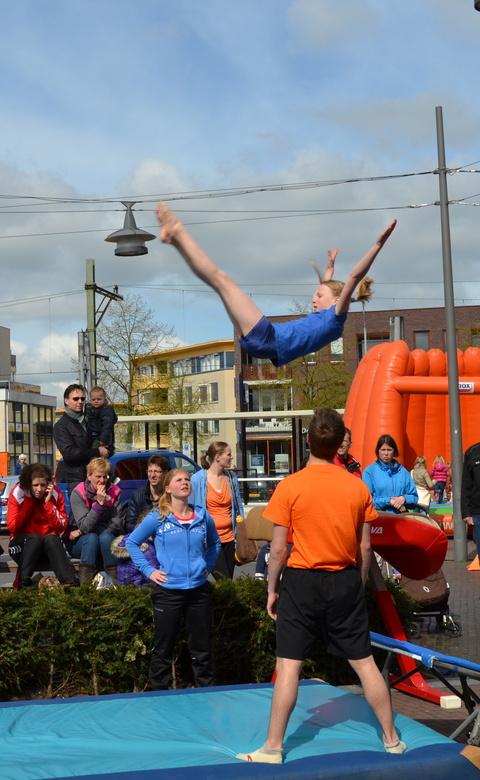 uitstrekmoment - deze foto maakte ik bij een demonstratie van een springgroep. hier strekt een meisje zich uit bij de salto.