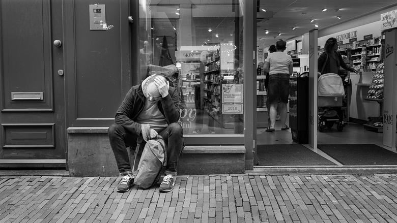 ...zij die wachten... - Uit de serie ...zij die wachten...<br /> <br /> De wederhelft is de winkel binnengegaan. Buiten wordt gewacht.
