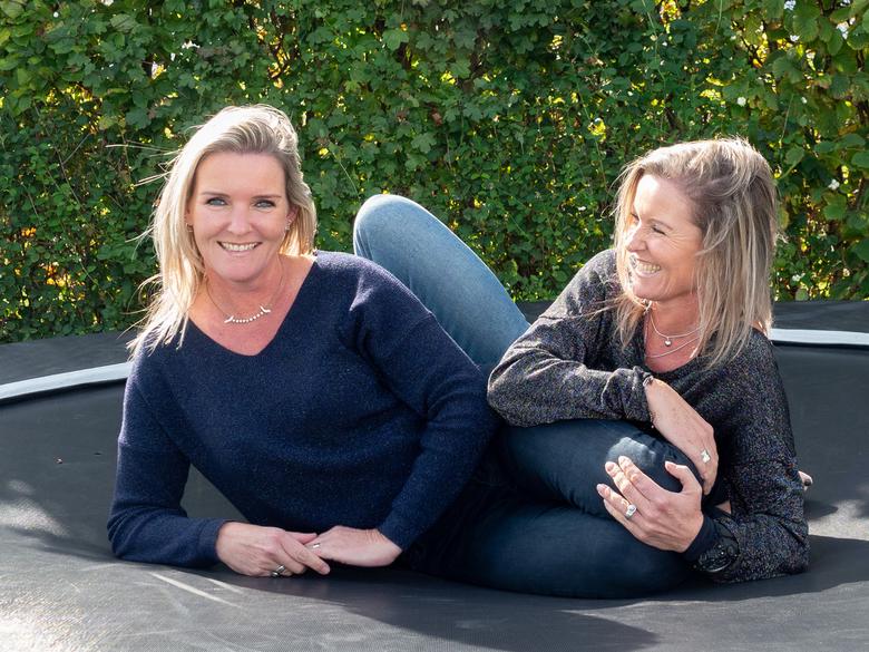 Eeneiige tweeling Maaike en Liselore 1 - Maaike (rechts) en Liselore zijn 47 en wonen drie straten bij elkaar vandaan in Noord-Holland. Hun moeder is,