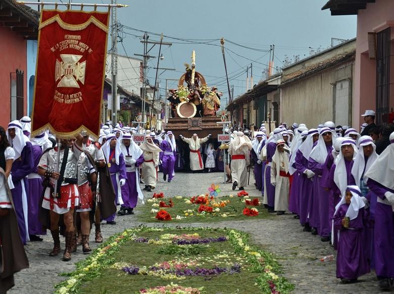 Processie Semana Santa in Antigua - De Processie loopt over de bloementapijten door de smalle steegjes van Antigua.<br /> De Semana Santa in 2012, in