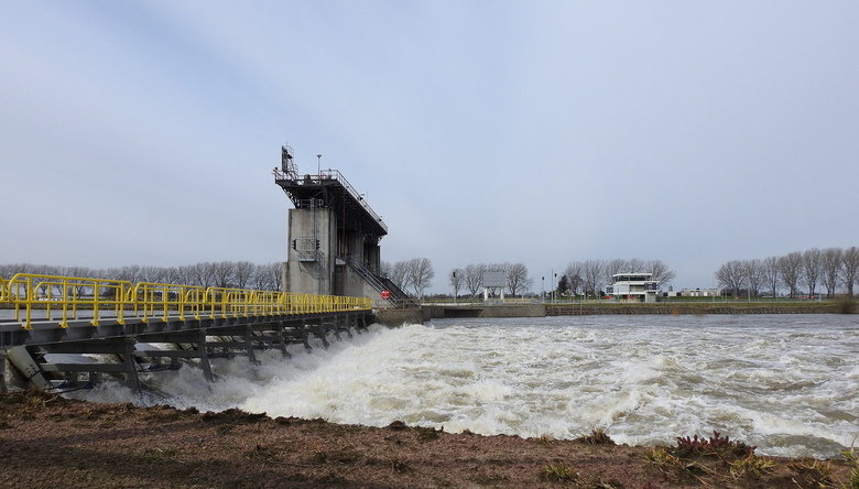 Onstuimig!! - Het vele regenwater van de afgelopen week, maakt de Maas een onstuimige rivier, zoals hier bij de stuw in Belfeld.