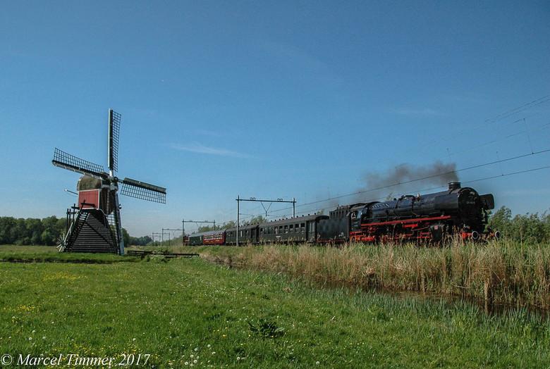 SSN 01-1075 Lisse - In 2017 reed de SSN 01-1075 een speciale trein voor de Spoorwensdag en passeert de Lageveensemolen bij Lisse.