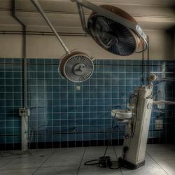 de tandarts in een operatiekamer