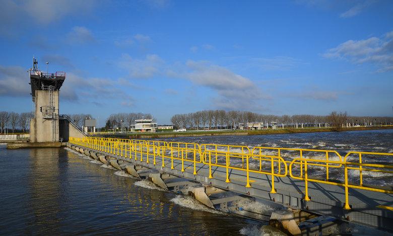 Stuw in de Maas bij Belfeld. -