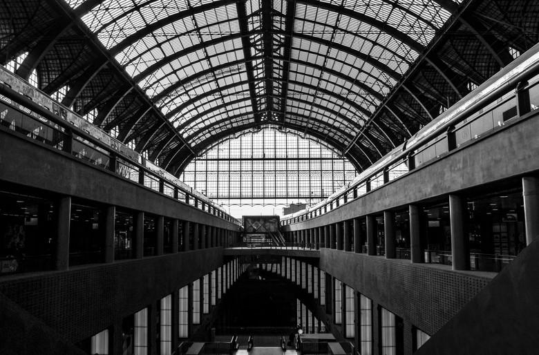 Station Antwerpen - Station Antwerpen in zwart-wit.