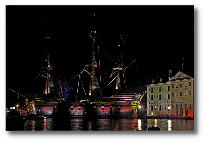 Donker Amsterdam - AMSTERDAM - VOC schip met  Scheepvaartmuseum.