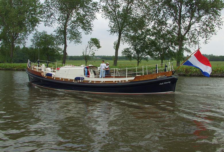 Love boat - Ondanks de bewolking of moet ik zeggen dankzij die zelfde bewolking is nu het goed toeven buiten. Een graadje of 24 is het nu, heerlijk..<